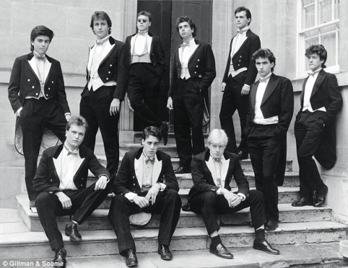 Bullingdon Club 1987. David Cameron e al doilea din stânga, rândul de sus. Primarul Londrei, Boris Johnson, e al treilea din stânga, rândul de jos. Poza e dintr-un articol Daily Mail.