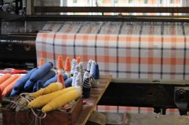 Lânăria din Knockando, cea mai veche lânărie continuu funțională din Marea Britanie, unde poți cumpăra păturici din lână, căciuli din lână, pelerine din lână, zgărdițe din lână pentru câini, huse din lână pentru mobil, etcetera, etcetera