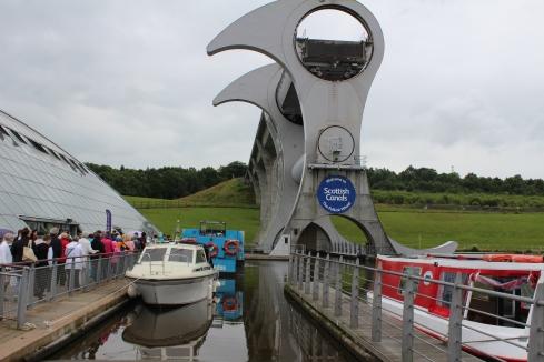 """Roata din Falkirk, """"minune a ingineriei unică în lume"""", care consumă electricitate cât 8 ceainice electrice și transferă bărci dintr-un canal într-altul"""
