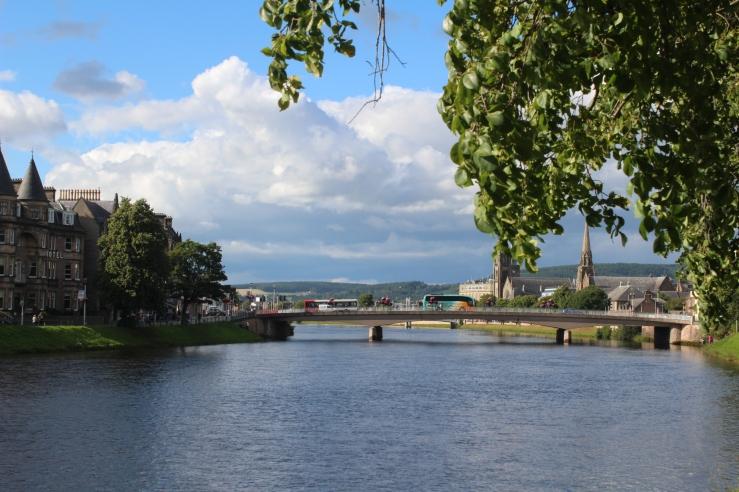 Orașul Inverness, unde turismul se face cu permisiune de la românii locali