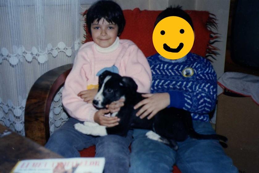 Nadia când avea vârsta pe care o are blogul ei acum, cu câinele Caius Bruno Horia Codiță Ciorăpel.