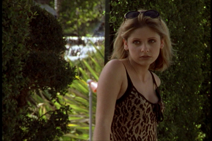 Buffy intr-un maieu cu imprimeu de leopard